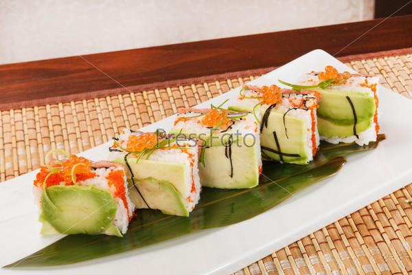 Вкусные суши с авокадо