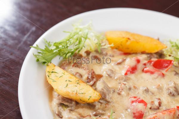 Мясо с соусом и овощами