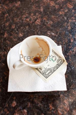 Фотография на тему Доллары под чашкой кофе