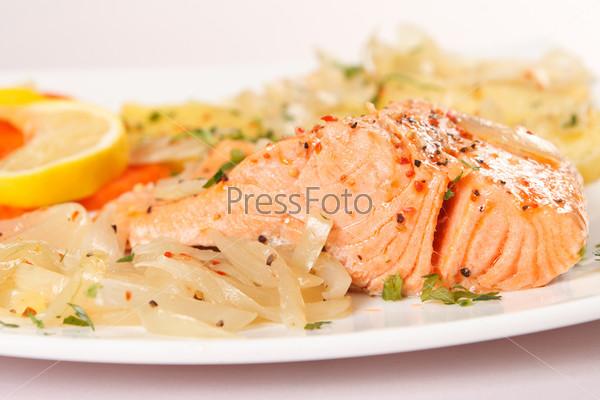 Филе лосося с картофелем