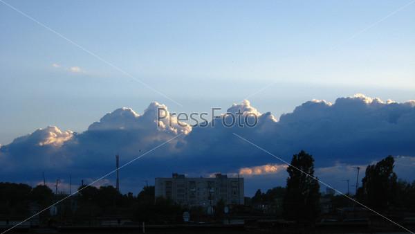 Вечерний пейзаж с облаками над городом