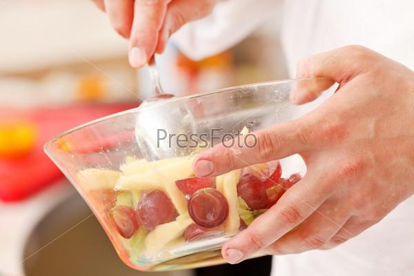 Шеф-повар делает летний десерт