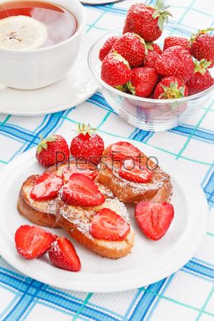 Французские тосты с сахарной пудрой и клубникой