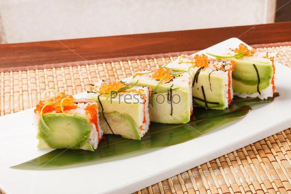 Фотография на тему Вкусные суши с авокадо