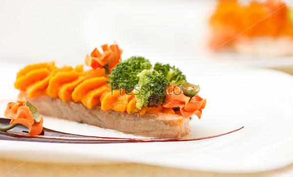Стейк из лосося с соусом