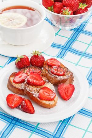 Фотография на тему Французские тосты с сахарной пудрой и клубникой