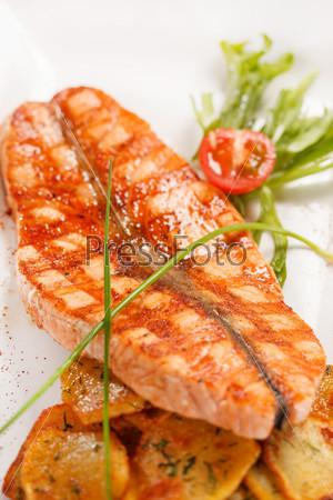 Стейк из лосося с картофелем