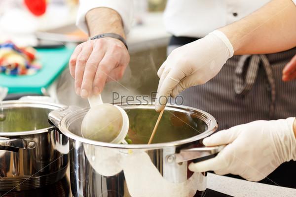 Шеф-повар готовит пищу