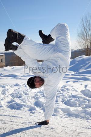 Фотография на тему Солдат в белом камуфляже танцует брейк-данс