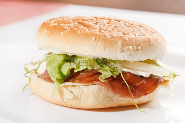 Бургер на белом фоне