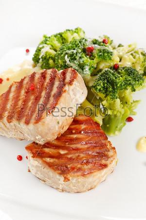 Стейк из тунца с брокколи
