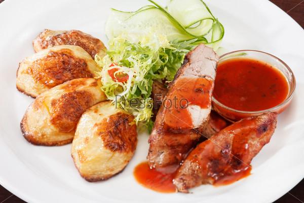 Приготовленное на гриле мясо с овощами