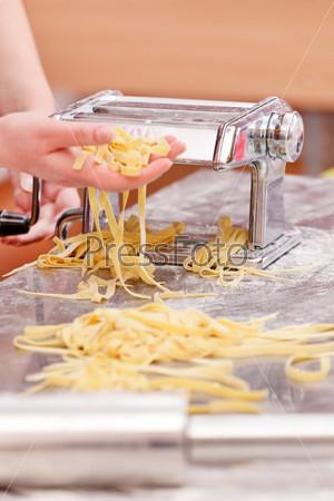 Шеф-повар готовит макароны