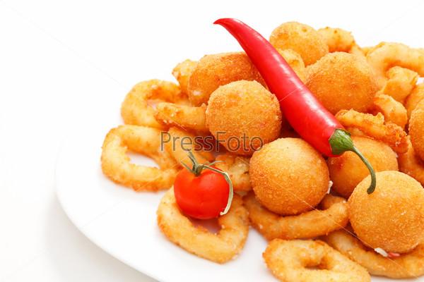 Жареный лук кольцами и сырные шарики