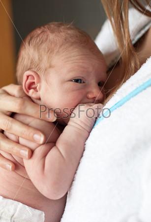 Фотография на тему Новорожденный мальчик у матери в руках