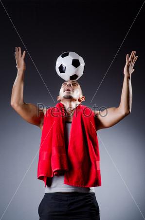 Футболист с мячом и полотенцем