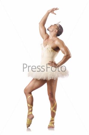 Мужчина в балетной пачке, изолированный на белом фоне