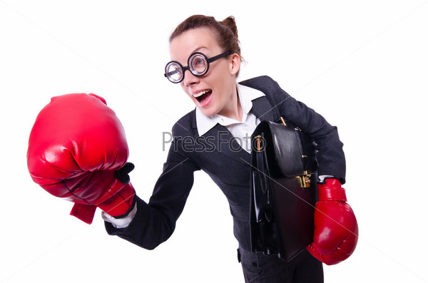 Женщина в боксерских перчатках на белом фоне