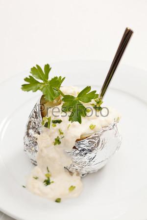 Запеченный картофель с сметанным соусом