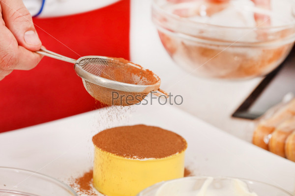 Шеф-повар готовит десерт тирамису