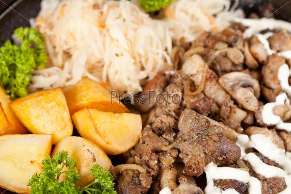 Мясо с картофелем в горшочке