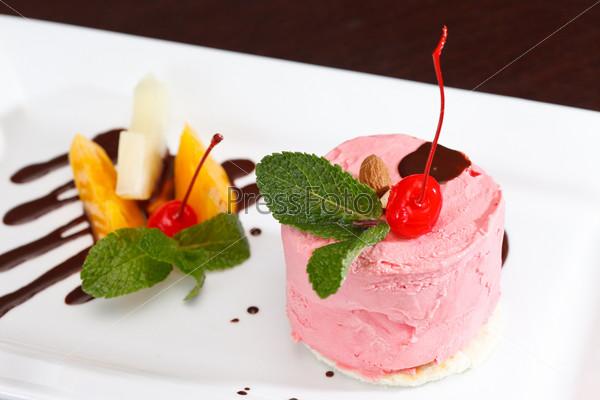 Вишневое мороженое с фруктами