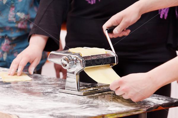 Фотография на тему Шеф-повар готовит макароны