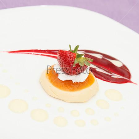 Итальянский десерт панна кота с клубникой