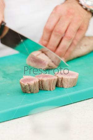 Шеф-повар готовит блюдо