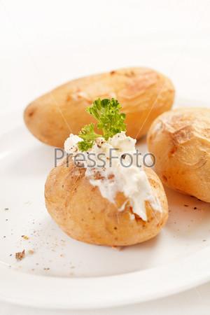 Запеченный картофель с мягким сыром