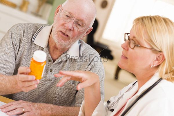 Врач или медсестра объясняет рецепт пожилому пациенту
