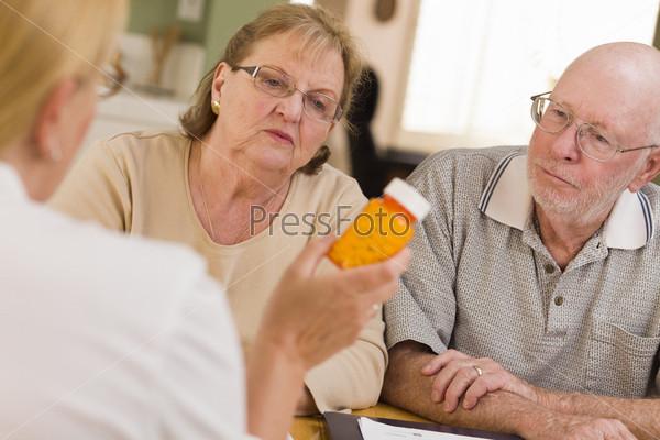 Фотография на тему Врач или медсестра объясняет рецепт пожилым пациентам