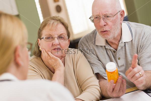 Врач или медсестра объясняет рецепт пожилым пациентам