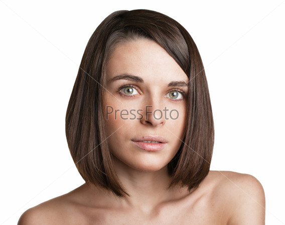 Красивая девушка смотрит в камеру