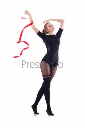 Женщина танцует, изолированная на белом фоне