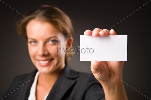 Женщина с пустой карточкой