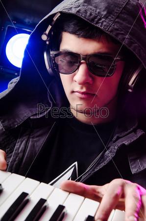 Ди-джей играет музыку на дискотеке