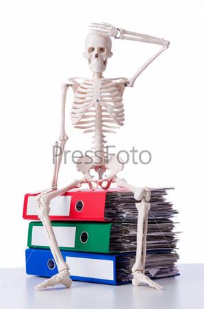 Скелет с стопке папок на белом фоне