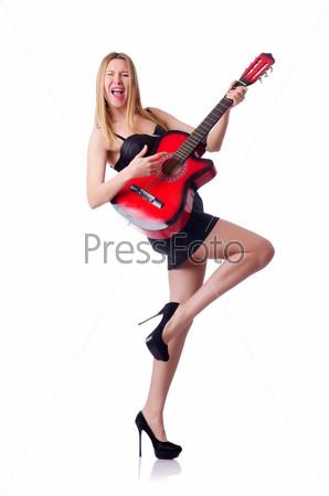 Женщина играет на гитаре, изолированная на белом фоне