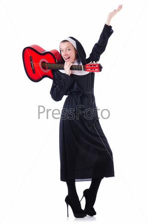 Монахиня играет на гитаре, изолированная на белом фоне