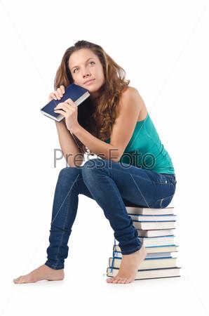 Студентка сидит на стопке книг