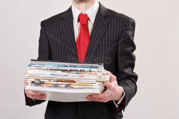 Бизнесмен со стопкой документов