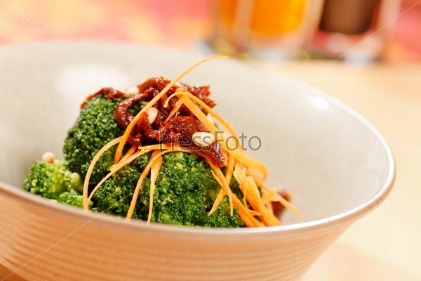 Брокколи с морковью и сушеными томатами
