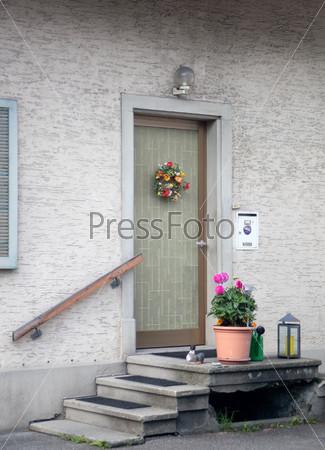 Цветы возле двери
