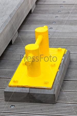 Фотография на тему Яркая желтая планка на пирсе