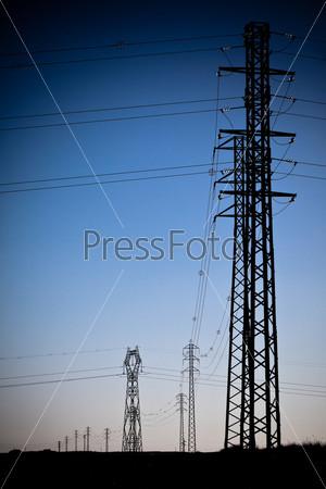 Силуэты вышек линии электрпоередачи