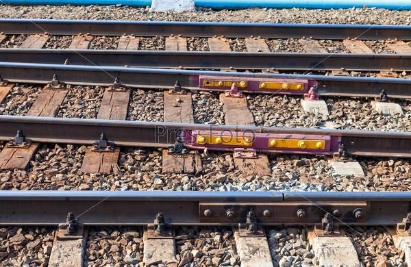 Железнодорожные пути в летний день