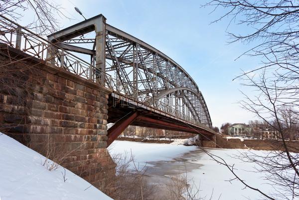 Стальная арка моста на реке Мста. Новгородская область, Россия