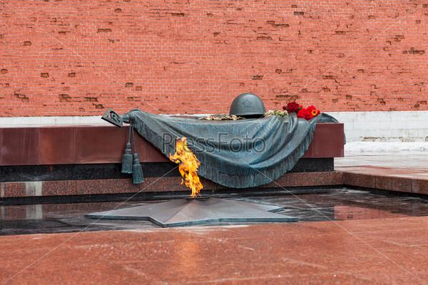Могила неизвестного солдата с вечным огнем в Александровском саду (Москва)