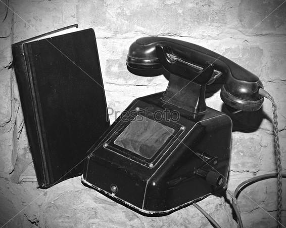 Старинный телефон на старом каменном столе